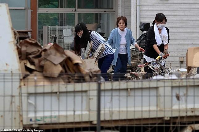 Dân Nhật hối hả dọn dẹp, binh sĩ đẩy mạnh tìm người sống sót hậu bão Hagibis ảnh 7