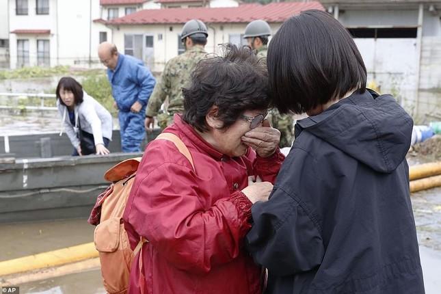 Dân Nhật hối hả dọn dẹp, binh sĩ đẩy mạnh tìm người sống sót hậu bão Hagibis ảnh 9