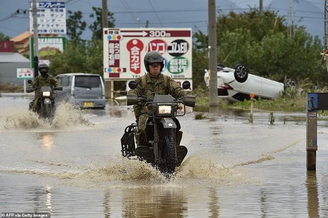 Dân Nhật hối hả dọn dẹp, binh sĩ đẩy mạnh tìm người sống sót hậu bão Hagibis ảnh 1