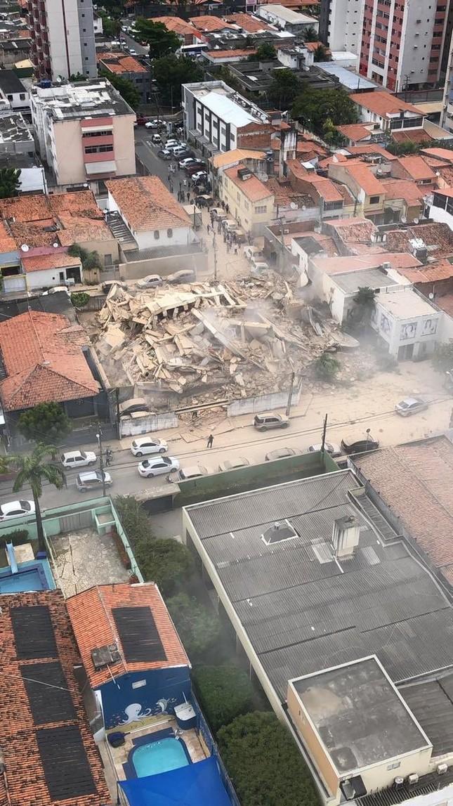 Nhà chung cư 7 tầng bỗng nhiên đổ sập trong nháy mắt ảnh 1