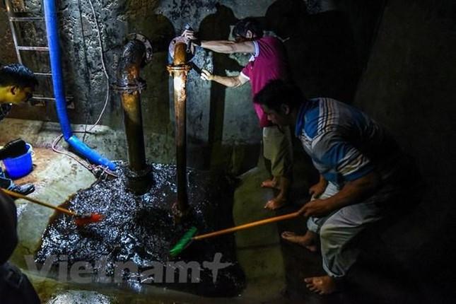 Viwaco thau rửa bể chung cư phát hiện nước đen kịt nồng nặc mùi ảnh 6