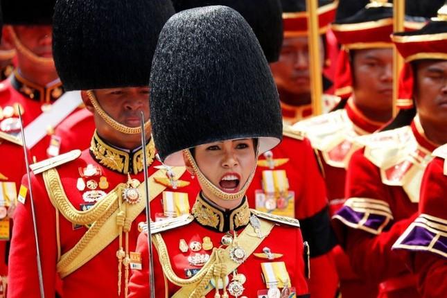 Loạt ảnh hiếm về binh nghiệp Hoàng quý phi Thái Lan vừa bị phế truất ảnh 12