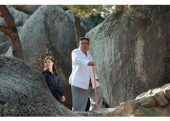 Phu nhân ông Kim Jong-un thăm núi thiêng Kim Cương sau 4 tháng ẩn mình ảnh 9