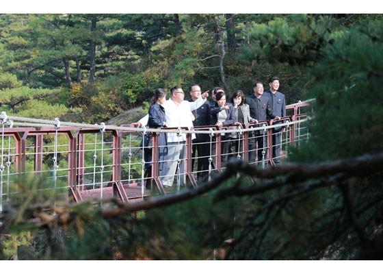 Phu nhân ông Kim Jong-un thăm núi thiêng Kim Cương sau 4 tháng ẩn mình ảnh 8