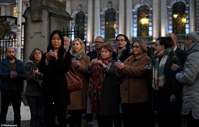 Người Anh thắp nến tưởng niệm 39 người nhập cư bỏ mạng trên container ảnh 5