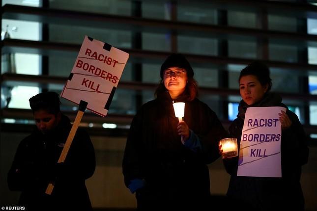 Người Anh thắp nến tưởng niệm 39 người nhập cư bỏ mạng trên container ảnh 6
