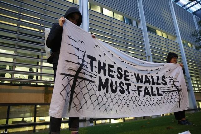 Người Anh thắp nến tưởng niệm 39 người nhập cư bỏ mạng trên container ảnh 8