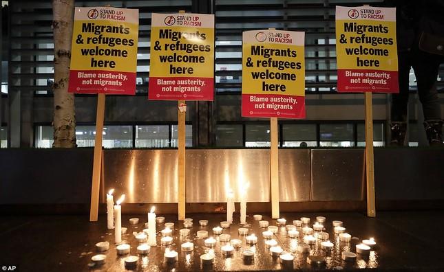 Người Anh thắp nến tưởng niệm 39 người nhập cư bỏ mạng trên container ảnh 7