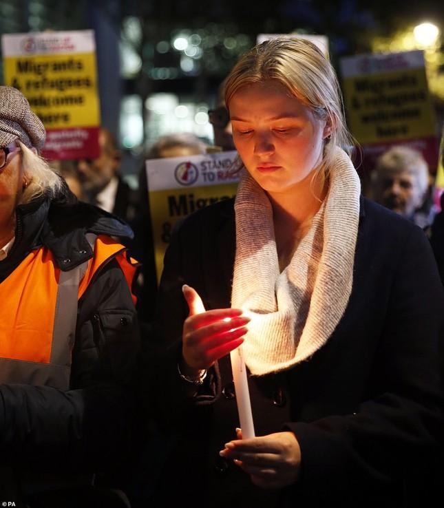 Người Anh thắp nến tưởng niệm 39 người nhập cư bỏ mạng trên container ảnh 2