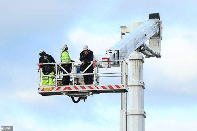 Nghẹt thở 15 giờ giải cứu người đàn ông treo ngược trên đỉnh ống khói cao 88m ảnh 7