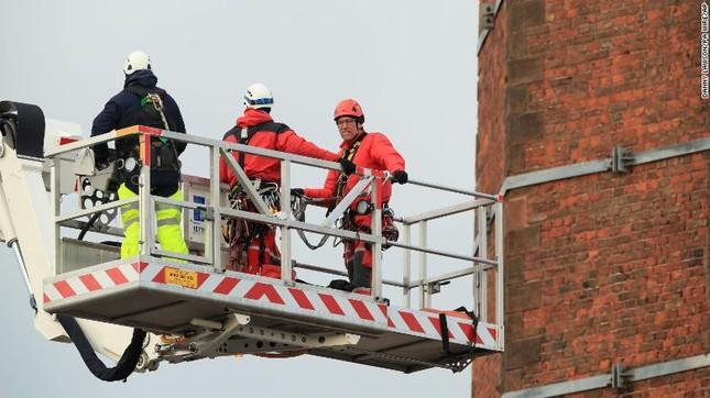 Nghẹt thở 15 giờ giải cứu người đàn ông treo ngược trên đỉnh ống khói cao 88m ảnh 6