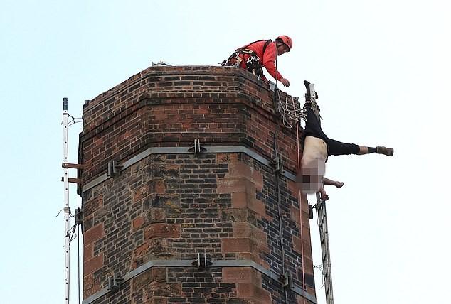Nghẹt thở 15 giờ giải cứu người đàn ông treo ngược trên đỉnh ống khói cao 88m ảnh 8