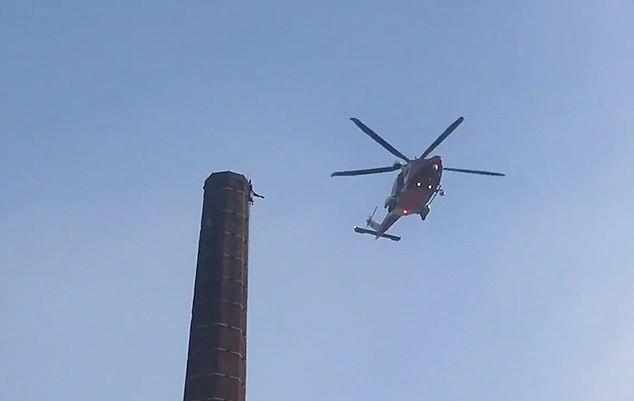 Nghẹt thở 15 giờ giải cứu người đàn ông treo ngược trên đỉnh ống khói cao 88m ảnh 3