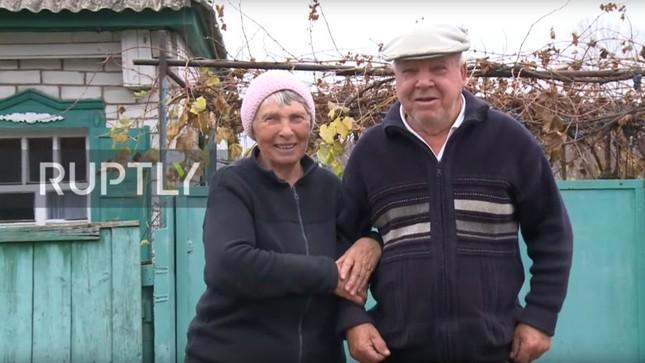 Nông dân Ukraine dùng rương Louis Vuitton 130 năm tuổi để đựng ngô cho gà ảnh 1