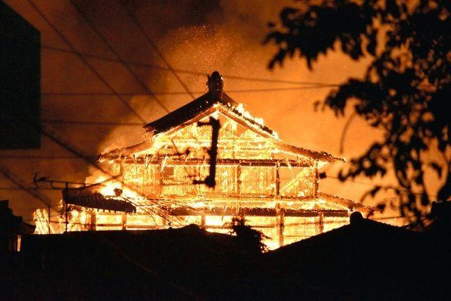 Dân Nhật bàng hoàng nhìn lâu đài 600 năm tuổi bị lửa thiêu rụi ảnh 1