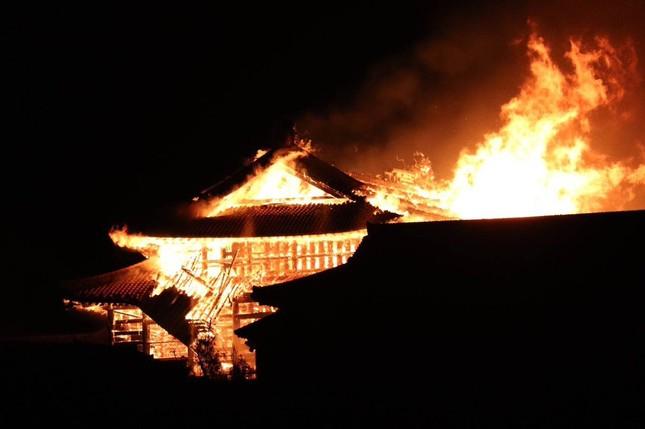 Dân Nhật bàng hoàng nhìn lâu đài 600 năm tuổi bị lửa thiêu rụi ảnh 2