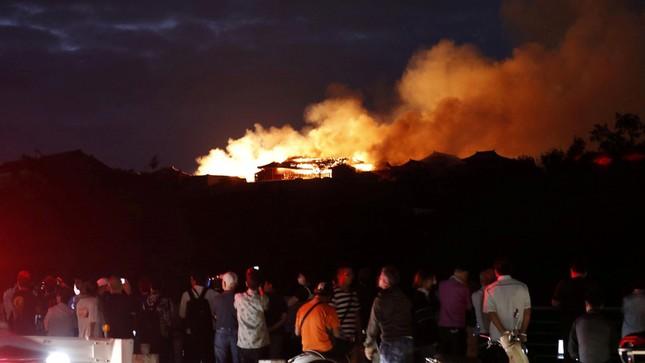 Dân Nhật bàng hoàng nhìn lâu đài 600 năm tuổi bị lửa thiêu rụi ảnh 7