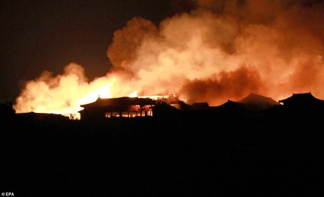 Dân Nhật bàng hoàng nhìn lâu đài 600 năm tuổi bị lửa thiêu rụi ảnh 4