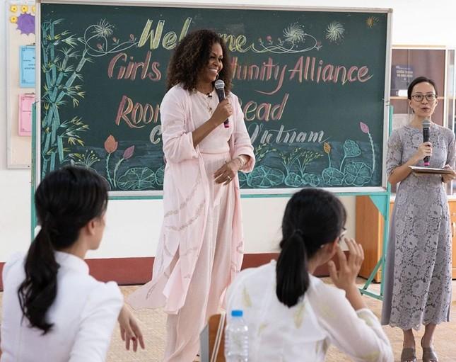 Cựu đệ nhất phu nhân Mỹ Obama hào hứng 'thả tim' nữ sinh Long An ảnh 6