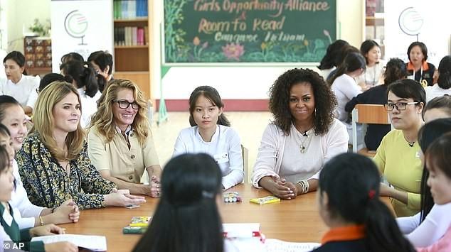 Cựu đệ nhất phu nhân Mỹ Obama hào hứng 'thả tim' nữ sinh Long An ảnh 4
