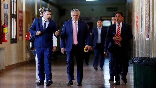 Tổng thống Argentina vừa nhậm chức đã đi trông thi ảnh 1