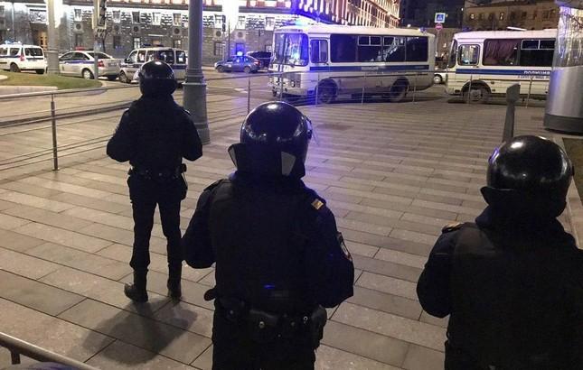 Xả súng đúng giờ tan tầm gần Điện Kremlin, 6 người thương vong ảnh 1