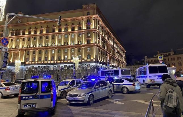Xả súng đúng giờ tan tầm gần Điện Kremlin, 6 người thương vong ảnh 2