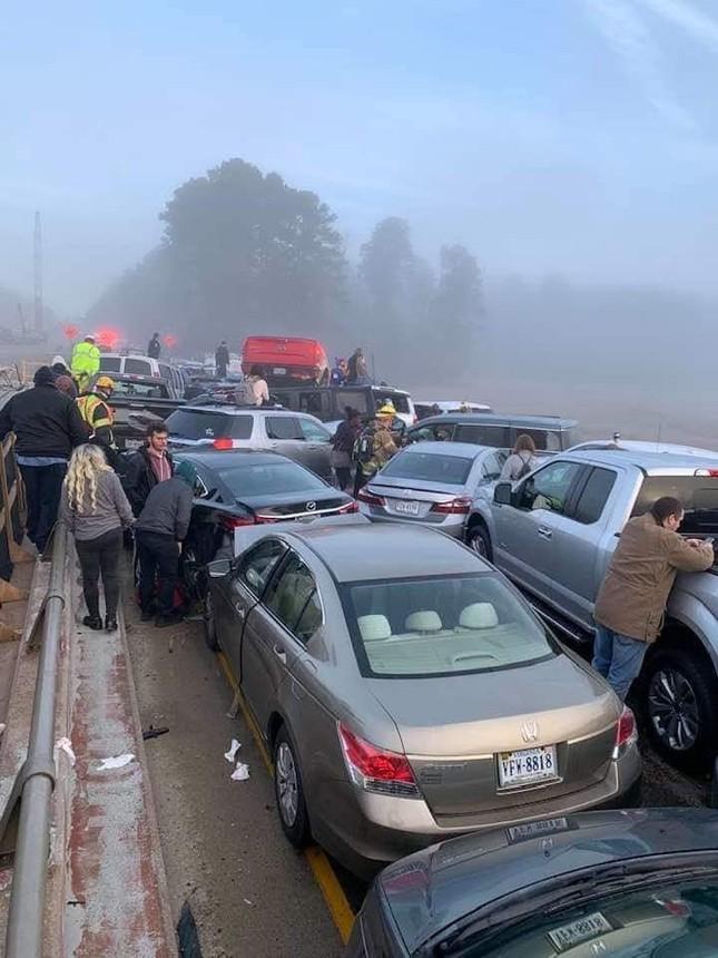 Gần 70 ô tô đâm 'dồn toa' trên cao tốc, hàng chục người bị thương ảnh 5