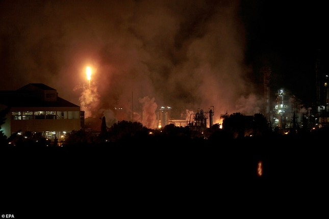 Nhà máy hóa chất chìm trong 'hỏa ngục', nhiều người thương vong ảnh 1
