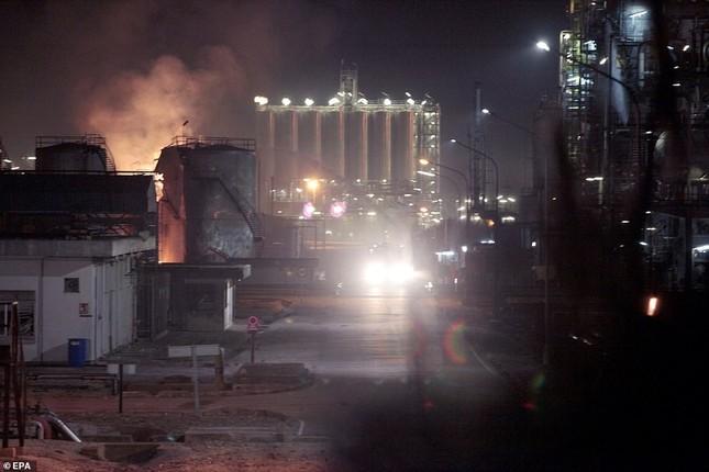 Nhà máy hóa chất chìm trong 'hỏa ngục', nhiều người thương vong ảnh 2