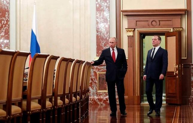 Thủ tướng Nga Medvedev từ chức, tuyên bố giải tán chính phủ ảnh 1
