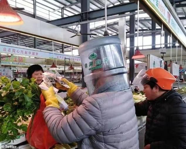 Người Trung Quốc đội chai nhựa, bọc túi nilon để tránh lây virus corona ảnh 4