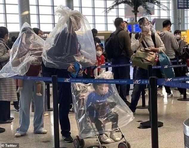 Người Trung Quốc đội chai nhựa, bọc túi nilon để tránh lây virus corona ảnh 5