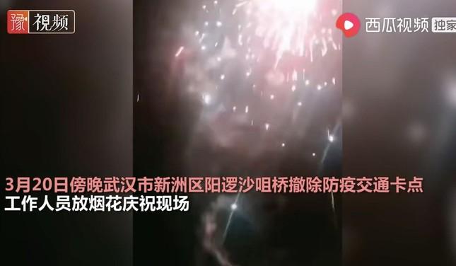 Dân Vũ Hán đốt pháo bông ăn mừng dỡ bỏ trạm kiểm dịch ảnh 1