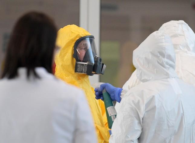 Ông Putin mặc đồ bảo hộ đi thăm bệnh nhân COVID-19 ảnh 2