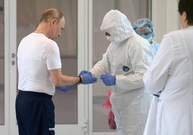 Ông Putin mặc đồ bảo hộ đi thăm bệnh nhân COVID-19 ảnh 1