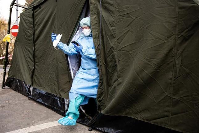 Hội chợ, sân bóng trên toàn cầu 'hóa' bệnh viện dã chiến chống COVID-19 ảnh 19