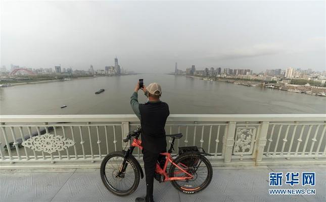 Vũ Hán: 'Mùa xuân trở lại' sau 65 ngày cửa đóng then cài vì COVID-19 ảnh 11