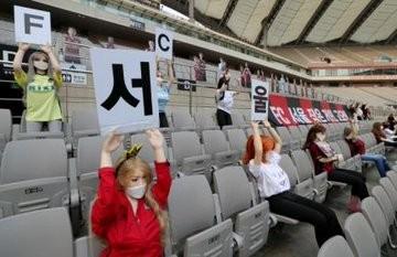 Đội bóng Hàn Quốc lấp chỗ trống khán đài bằng... búp bê tình dục ảnh 2