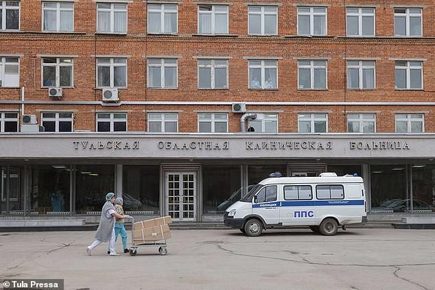 Nghị sĩ Nga bảo vệ nữ y tá mặc đồ lót dưới áo bảo hộ ảnh 5