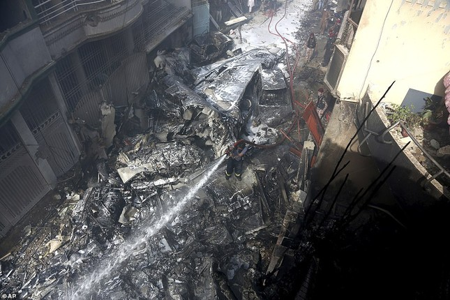 Pakistan: Hiện trường vụ máy bay chở hơn 100 người rơi trúng khu dân cư ảnh 8