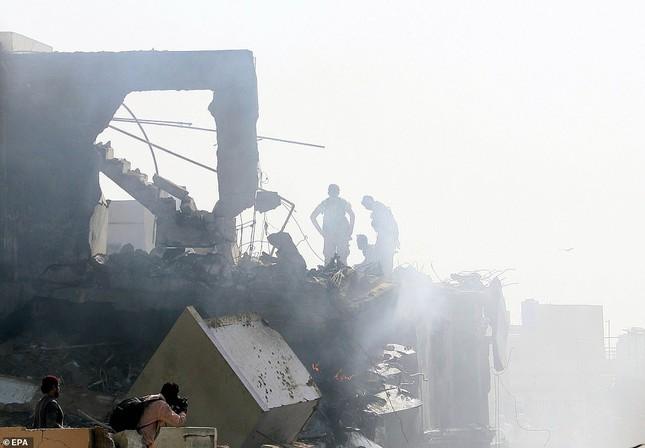Pakistan: Hiện trường vụ máy bay chở hơn 100 người rơi trúng khu dân cư ảnh 9