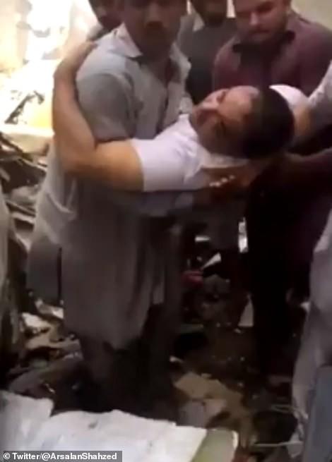 CEO ngân hàng sống sót thần kì trong vụ máy bay rơi ở Pakistan ảnh 2