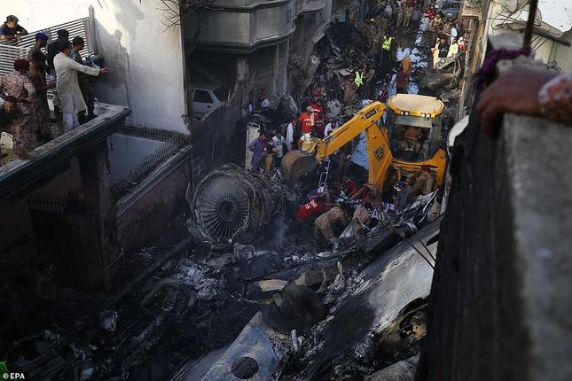 Pakistan: Hiện trường vụ máy bay chở hơn 100 người rơi trúng khu dân cư ảnh 10