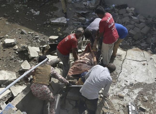 Pakistan: Hiện trường vụ máy bay chở hơn 100 người rơi trúng khu dân cư ảnh 2