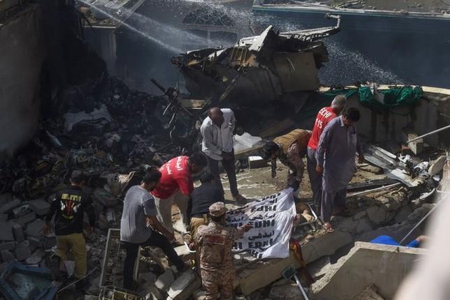Pakistan: Hiện trường vụ máy bay chở hơn 100 người rơi trúng khu dân cư ảnh 3