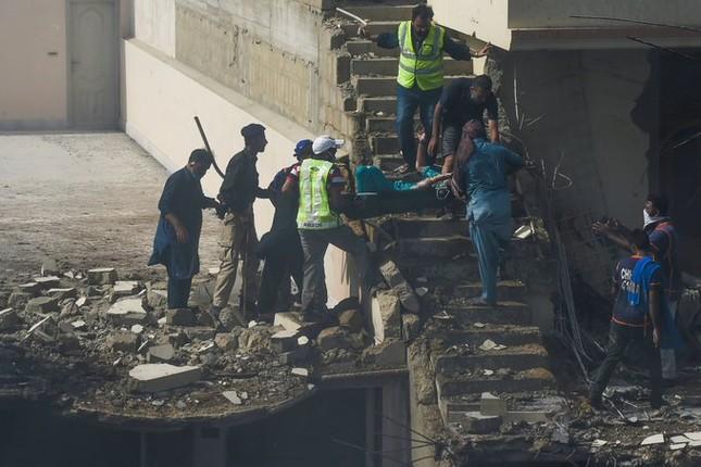 Pakistan: Hiện trường vụ máy bay chở hơn 100 người rơi trúng khu dân cư ảnh 4