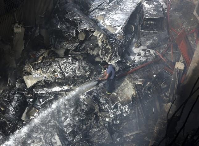 Pakistan: Hiện trường vụ máy bay chở hơn 100 người rơi trúng khu dân cư ảnh 5