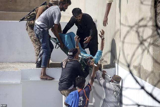 Máy bay rơi trúng khu dân cư Pakistan: 97 người thiệt mạng, chỉ 2 người sống sót ảnh 4