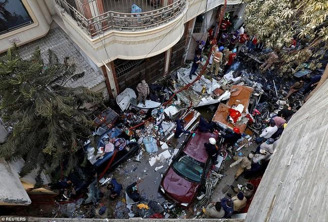 Máy bay rơi trúng khu dân cư Pakistan: 97 người thiệt mạng, chỉ 2 người sống sót ảnh 1
